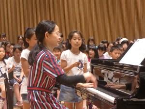 鈴担当の左:曽原未夢ちゃんと右:押山美姫ちゃん。(ピアノの山内先生で曽原未夢ちゃんが見えなくてごめんなさい。)